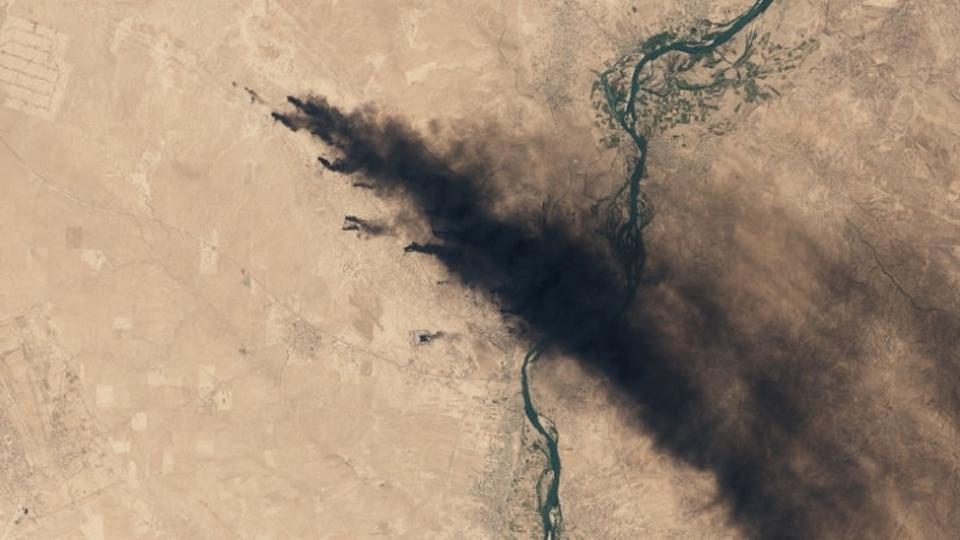 3カ月燃え続けるイラクの油田火災を衛星が宇宙から撮らえた