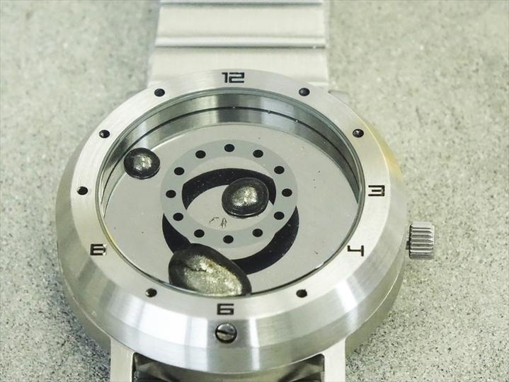 世界初! 液体金属が時を刻むSF感を体験できる腕時計「LM Watchメタルベルト」
