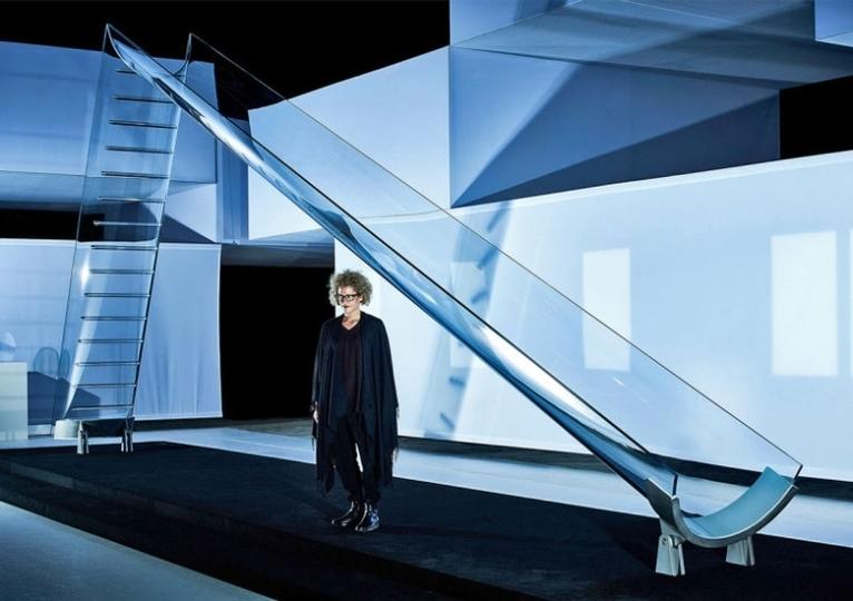 世界で最もクリアなガラス製の滑り台はまるで夢のよう
