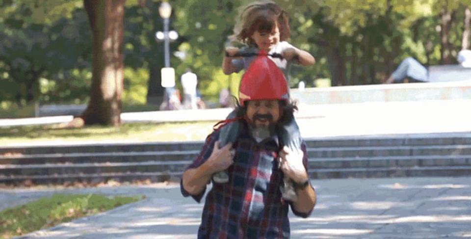 お父さんこれかぶって肩車してね! ハンドルがついたヘルメット