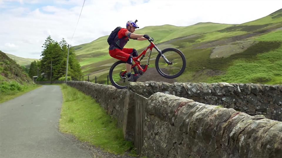 スコットランドの田舎町 x マウンテンバイクスーパートリック!