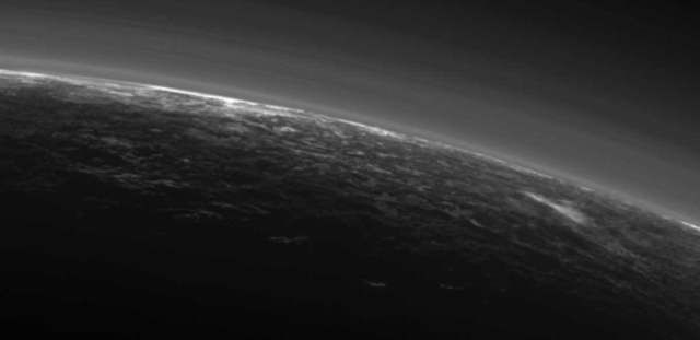 雲があるかもしれない冥王星、思っていたより地球の空に似てるかも?2