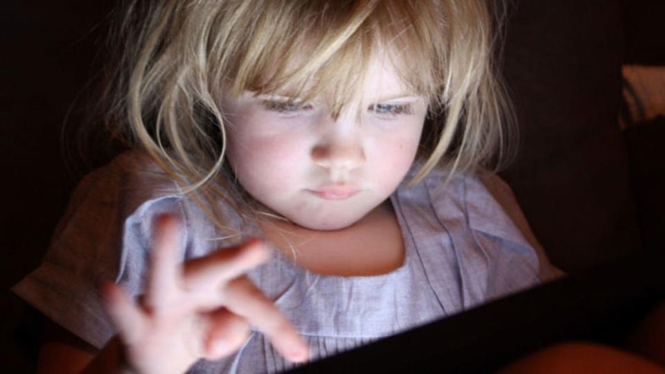子供は1日何時間スクリーンを見てもいいの? 推奨時間が詳しく設定される