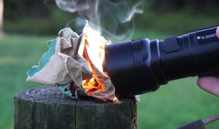 小型サイズなのに強力なパワー! 火もつけられるほどの光を放つ最強のライト「FlashTorch Mini」
