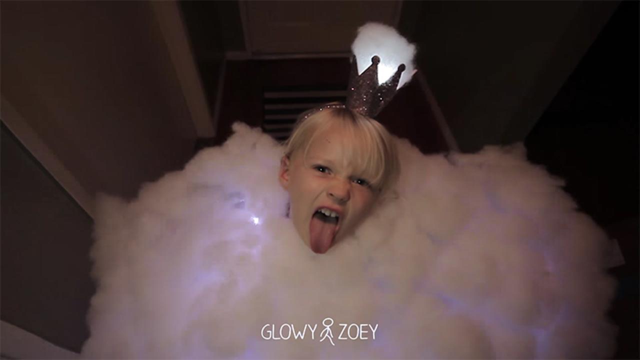 ハロウィンでパパのセンスが光る! 綿とLEDを使って娘をピカっと光る雷雲に大変身