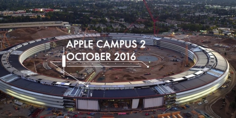 Apple新本社の最新空撮。薄暗い中に明かりが灯る姿は、まさに宇宙船