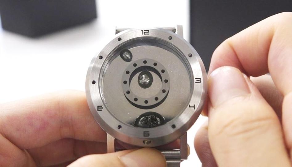 針じゃなくて液体金属が時を刻む腕時計「LM watch」。こんな感じで動くんです