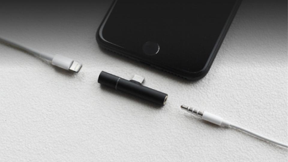 スマートに iPhone 7にイヤホンジャックを増設できるコンパクトなアダプター