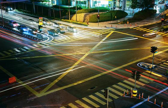 自動運転車のその先へ、渋滞解消にはAI信号機