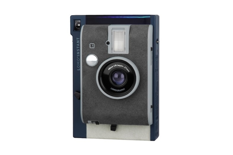 シックな青とホログラムが美しい。ハイスペックなインスタントカメラ「Lomo'Instant」に新モデルが登場