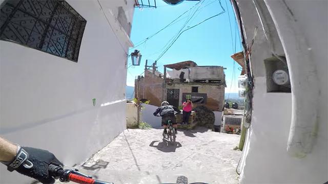 終始かっこいい。メキシコの街をマウンテンバイクで駆け巡る映像