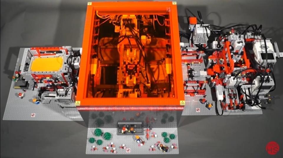 レゴマシンは繊細な作業だってできるんです! 紙を切り出し、箱を折る