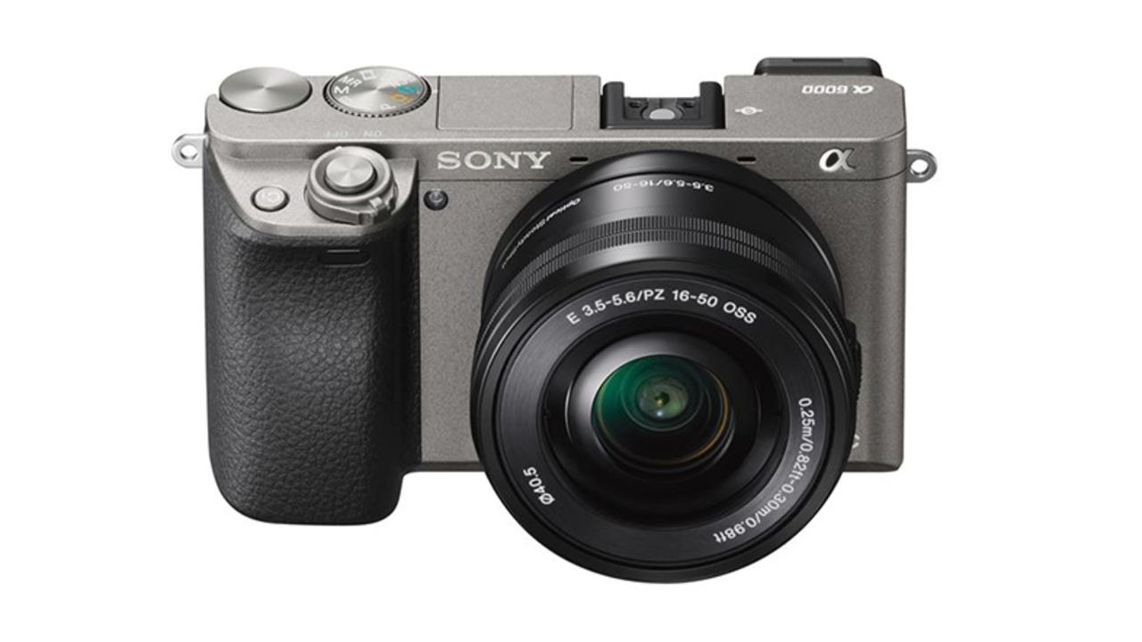 2014年モデルのはずのソニー「α6000」。新色グラファイトグレー追加で再デビュー
