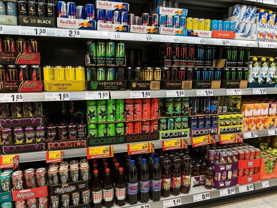 エナジードリンクの飲み過ぎは、肝炎などの健康被害の恐れにつながる