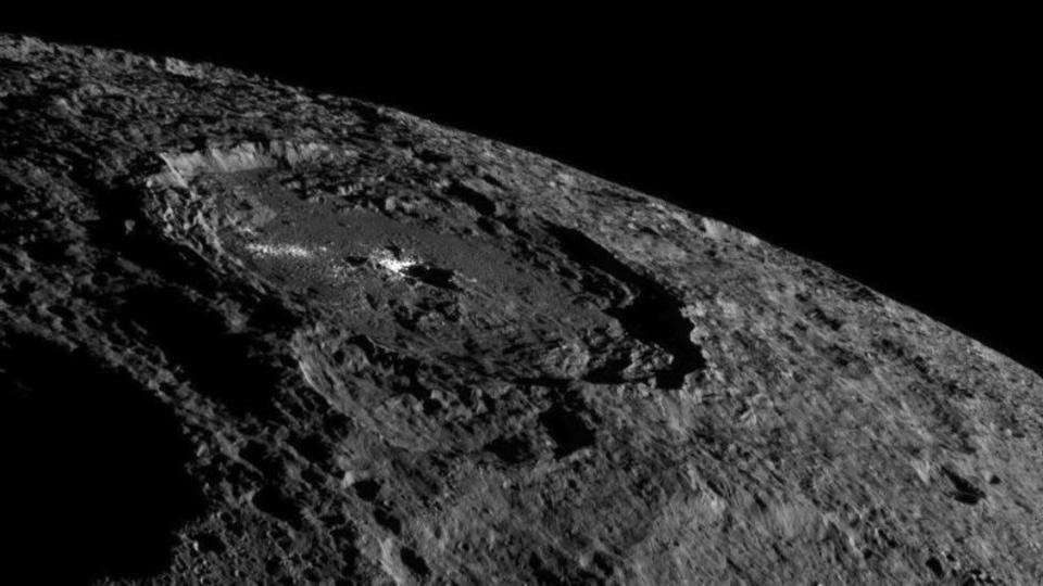 準惑星ケレスの最新写真たち。独特なクレーターの撮影に成功