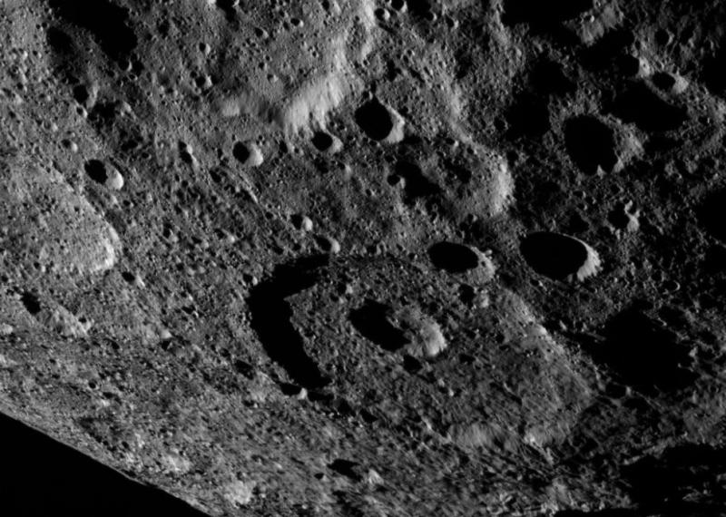 NASA、準惑星ケレスのクレーターの鮮明な写真の撮影に成功3