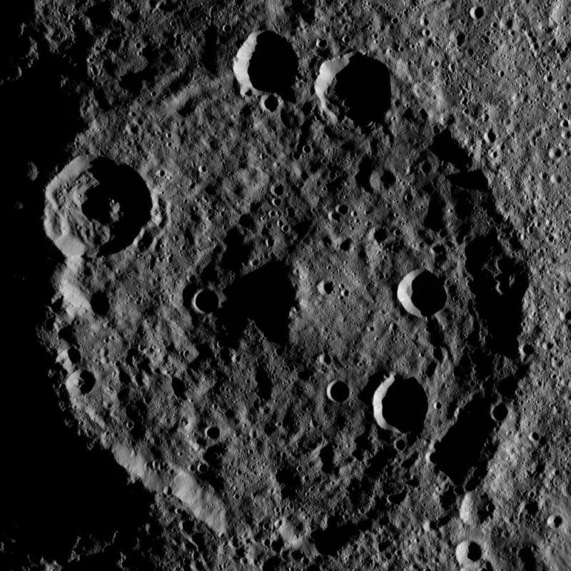 NASA、準惑星ケレスのクレーターの鮮明な写真の撮影に成功4