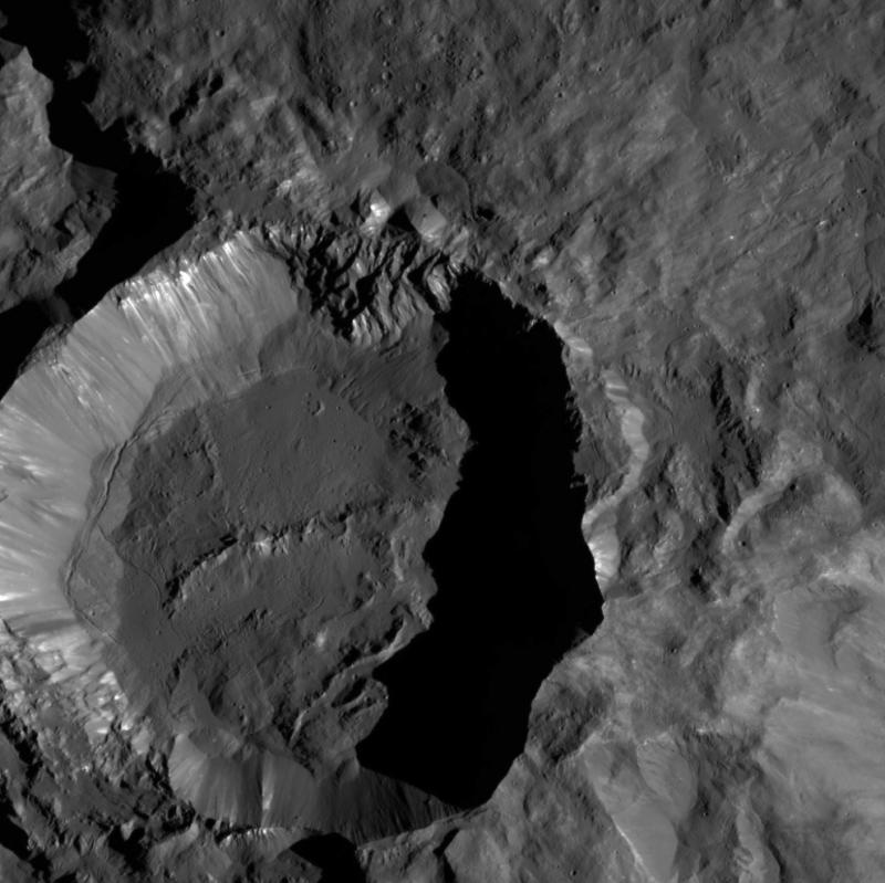 NASA、準惑星ケレスのクレーターの鮮明な写真の撮影に成功7