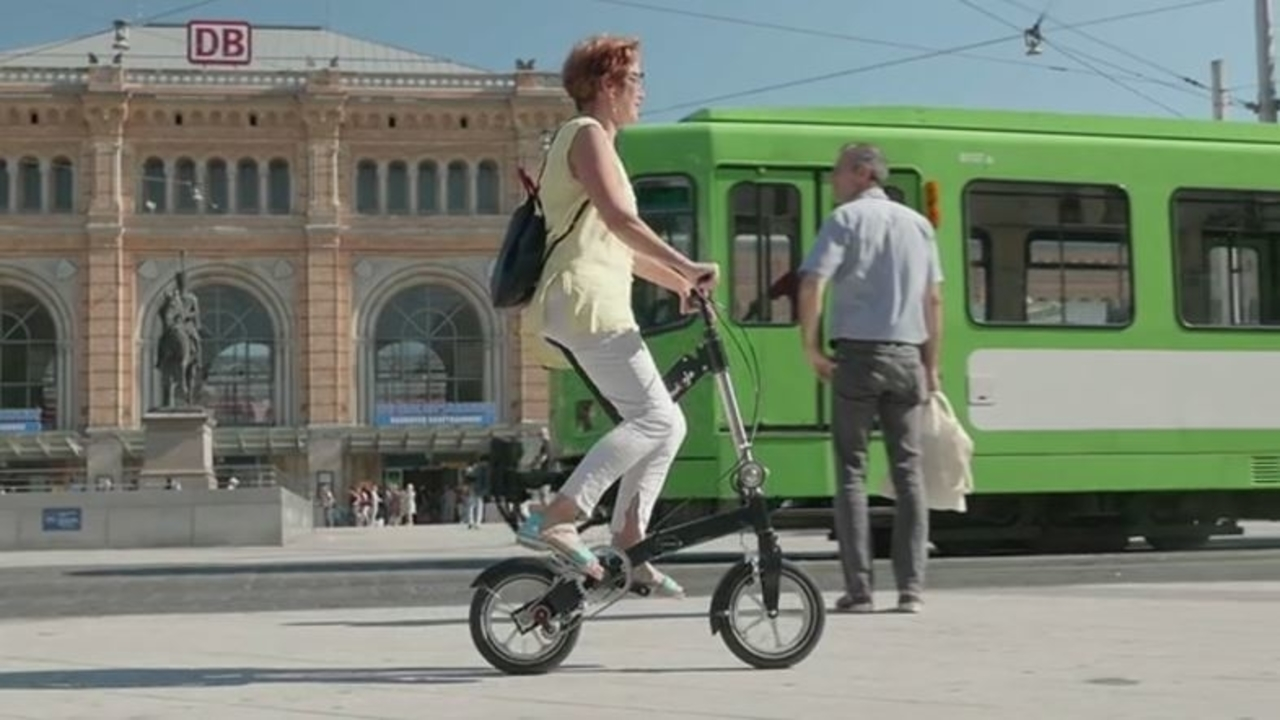 もしや機内にも持ち込める? コンパクトすぎる折りたたみ自転車「Kwiggle」
