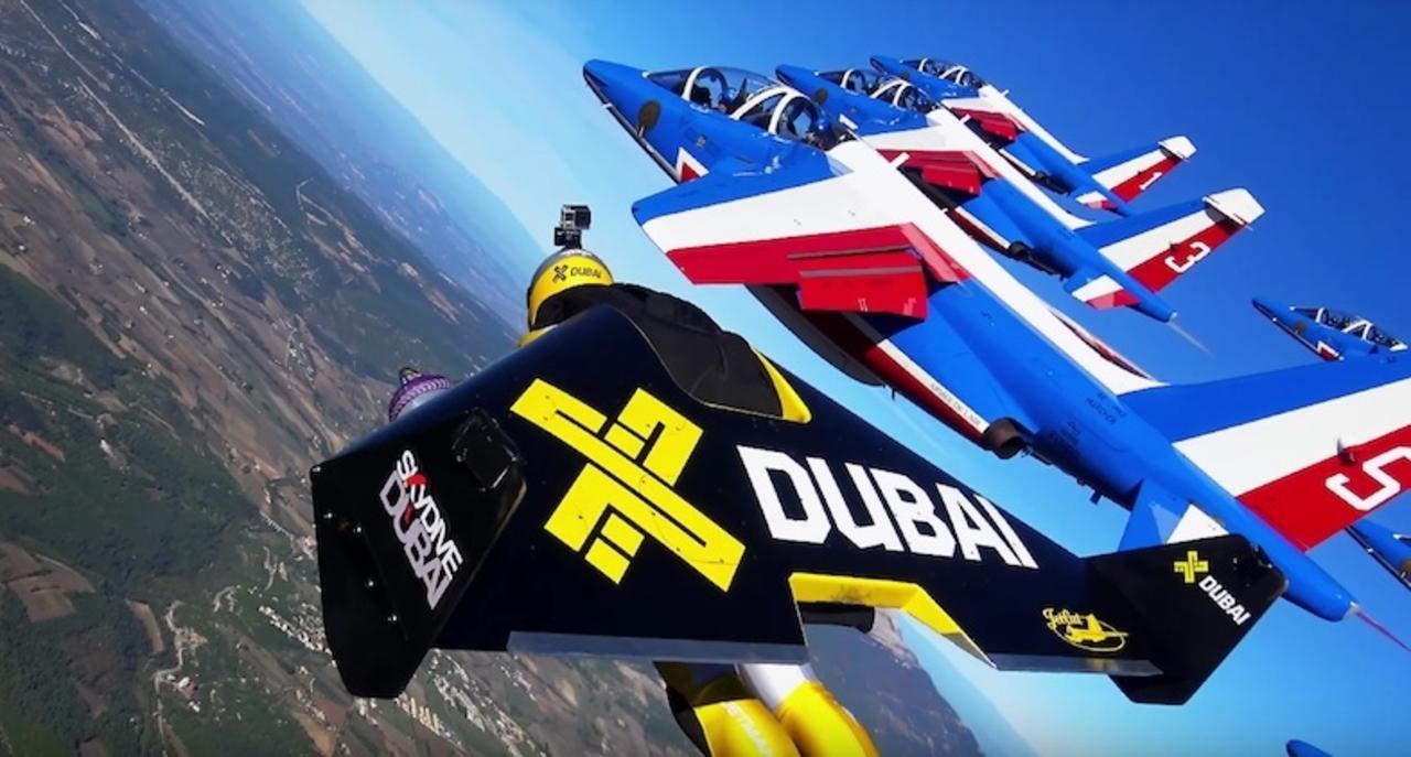 世界初! 生身の人間がアクロバット飛行隊と空を飛ぶ