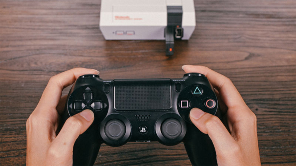 ワイヤレスコントローラーアダプターで、復刻版ファミコンをより快適にプレイ!