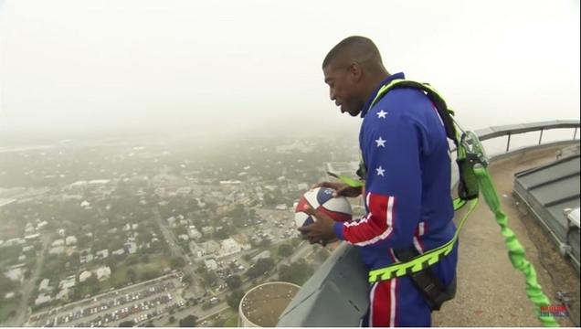 178mのビルから放たれたバスケットボール、見事にゴールに吸い込まれる