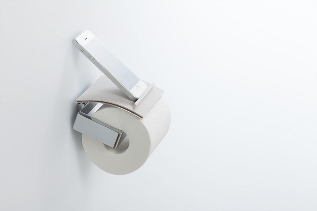 これだ! トイレットペーパーホルダーがスマホ置き場になる「トイレトレイ」