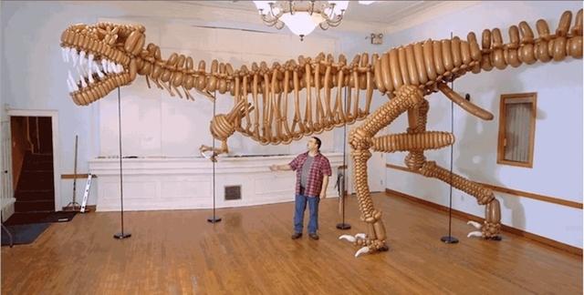 1,400個の風船で作られた巨大な恐竜の骨格標本