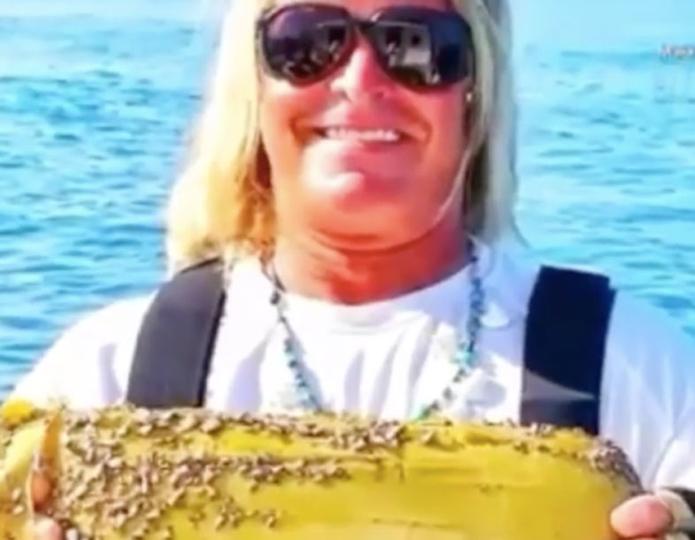 Instagramで有名なサメ釣り師、コカインを釣る