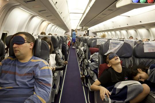 ねぇ、なんで飛行機に乗ったら眠くなるの?