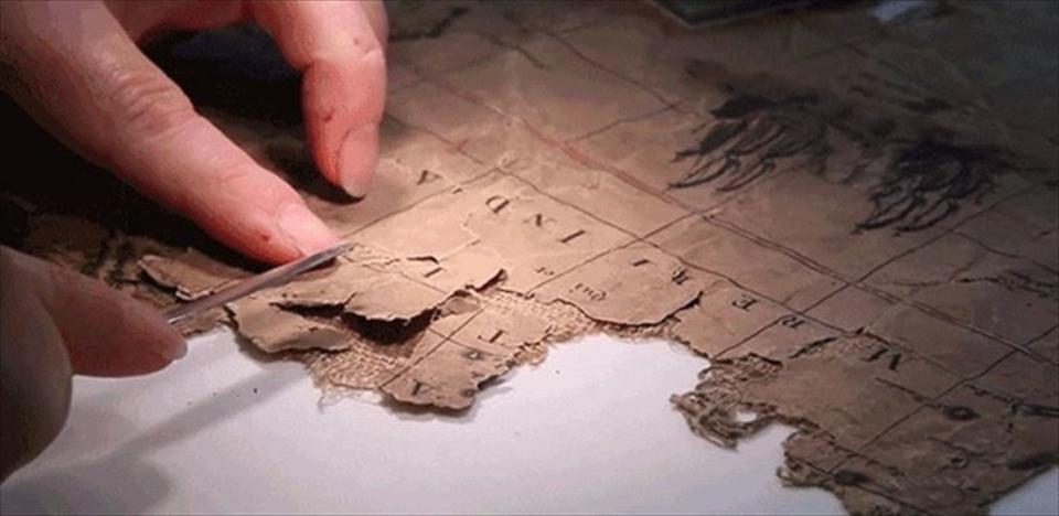 煙突から発掘されたボロボロの布切れの正体は...?