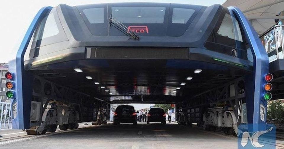 中国の車が下を通れる巨大バス、完全放置される