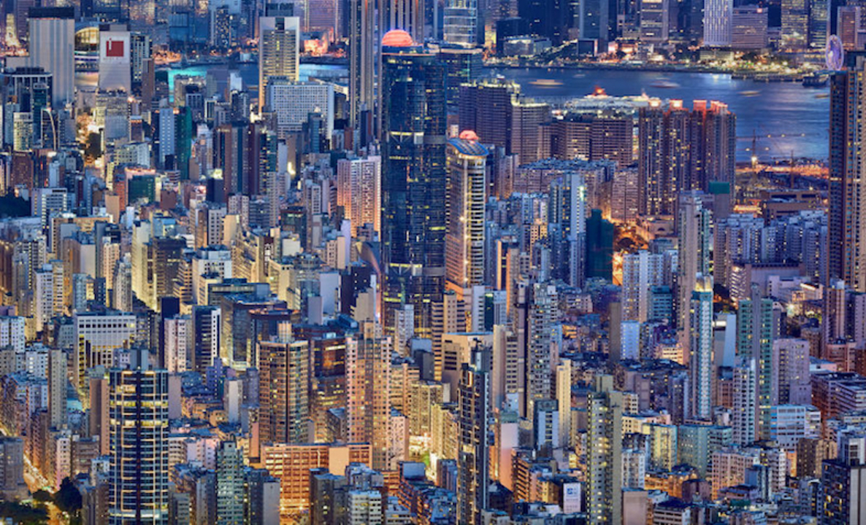 暮れゆく香港、摩天楼の静寂のブルーと、そこに暮らす人々が灯すオレンジ