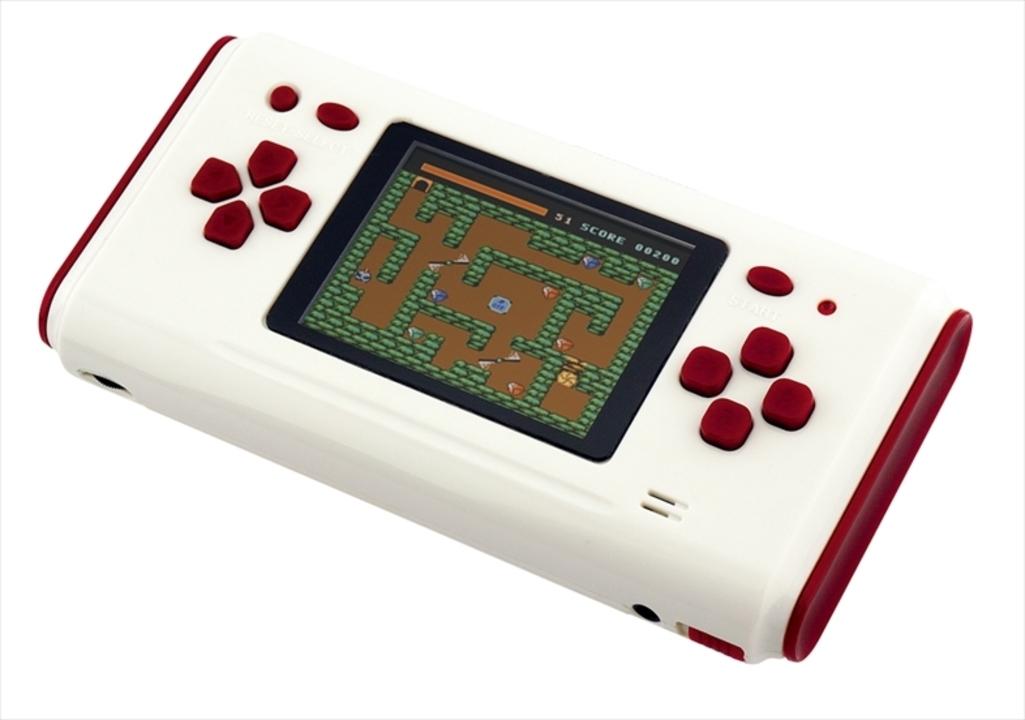 ファミコンカセットもプレイできる、手持ちサイズのレトロゲーム機「FCボーイ」