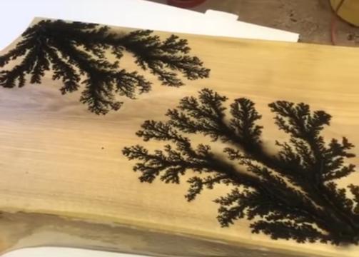 木材を電気で燃やしてできる図形がアート