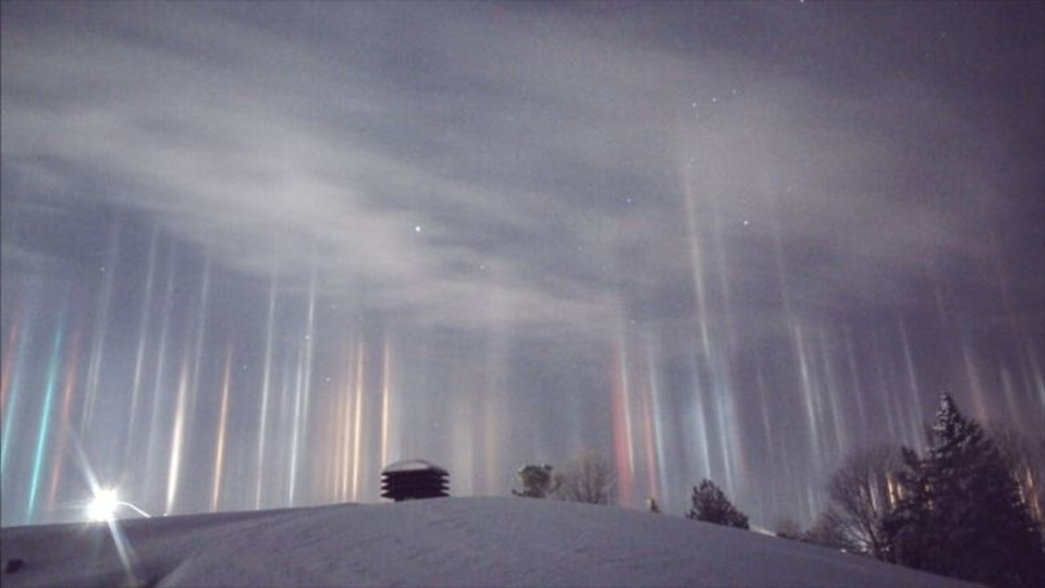凍てつく空に七色の光柱、舞い降りる(カナダ)