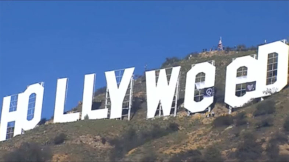 Hollywoodサインが「Hollyweed」に! カリフォルニア州大麻合法化を祝したイタズラ?