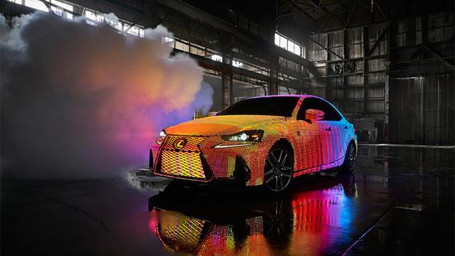 4万本のLEDで飾られたLexusの特別仕様車「LIT IS」デビュー。これは、もはやアートだ!