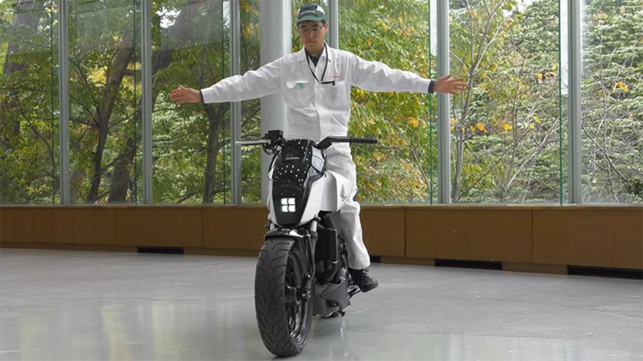 とことこ歩くように動く。自律走行するホンダの大型バイク「Honda Riding Assist」にLOVE
