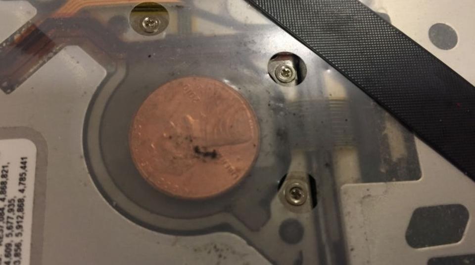 異物混入か怪現象か。MacBookのドライブからコインを発見した人が多数
