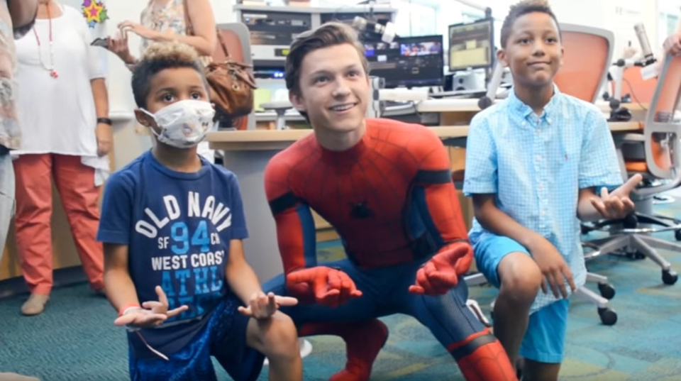 新スパイダーマンを演じるトム・ホランドがコスチューム姿で病院を訪問
