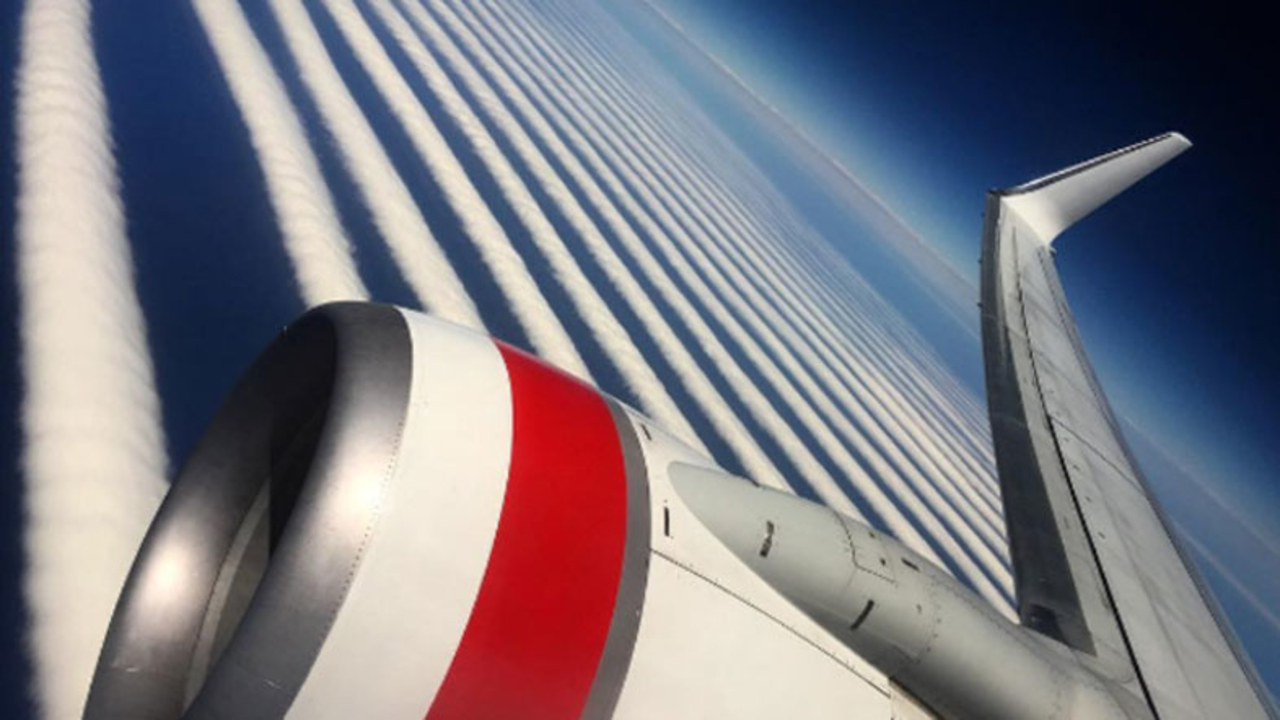 シマシマがきれい。飛行機内から撮影されたヘンテコな雲