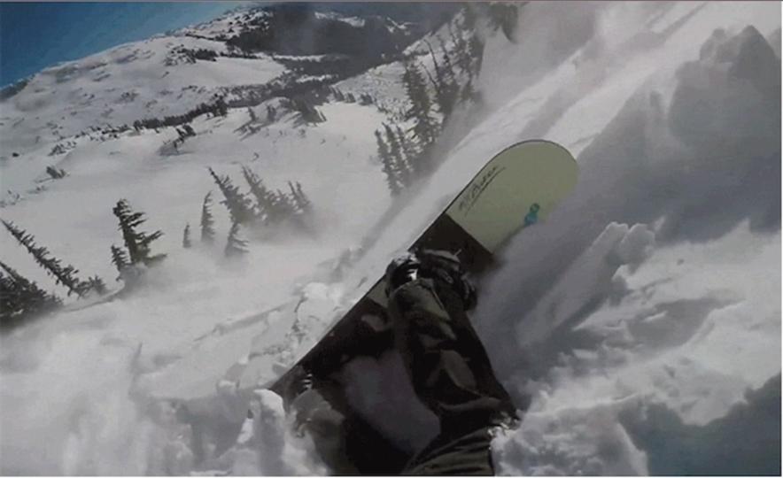 危機一髪!スノーボーダーが雪崩に巻き込まれる様子を捉えた動画