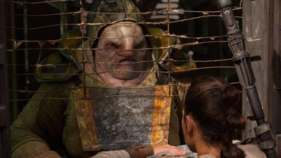 映画『スター・ウォーズ/フォースの覚醒』でカットされた、チューイが腕をもぎとるシーンが公開