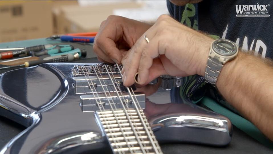 美麗クローム仕上げの8弦ベース『カタナ』ができるまでを見てみよう