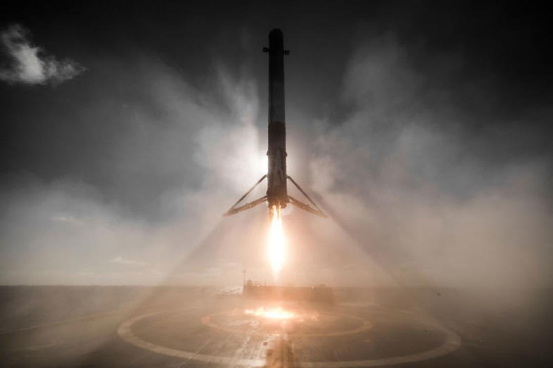 成功おめでとう!SpaceXのFalcon 9着陸写真がまるでSF