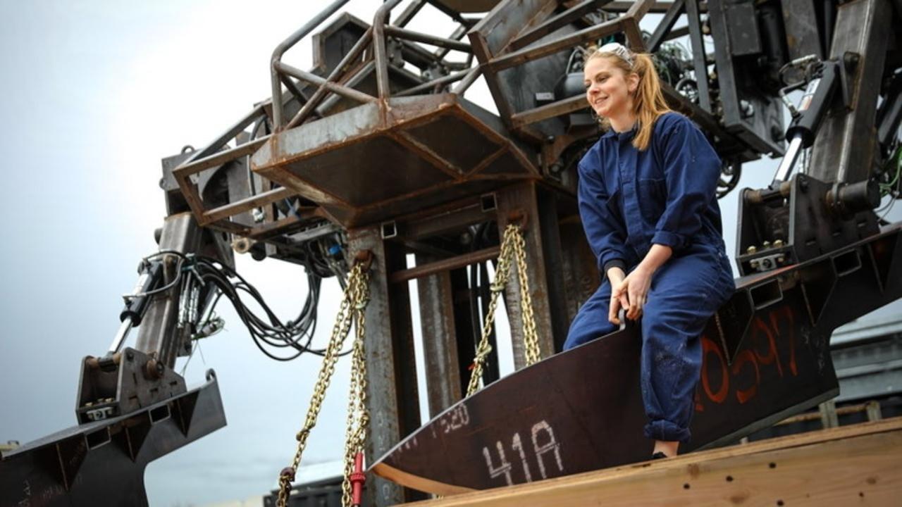 巨大ロボのMegabots社にクソロボットの女王が参加。特大包丁が全てを叩き斬る!