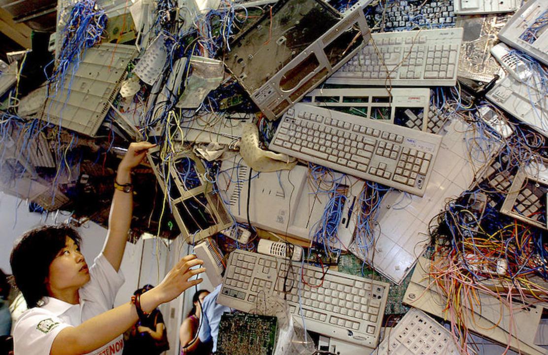 1年間で何kgの電子機器を捨てましたか? E-wasteがアジアで急増