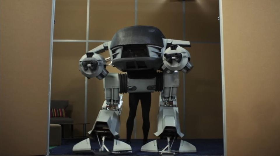 映画『ロボコップ』に登場するED-209の低予算コスプレが驚愕の再現度