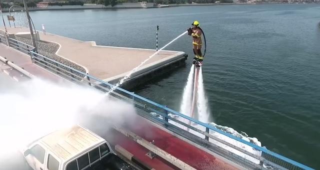 ドバイの消防隊、今度は水上で飛ぶジェットパックを導入